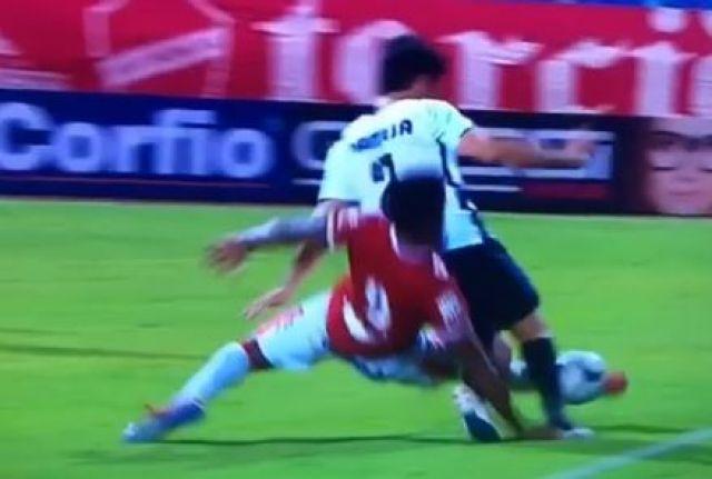 Futbolista brasileño sufrió terrible fractura durante un juego de liga