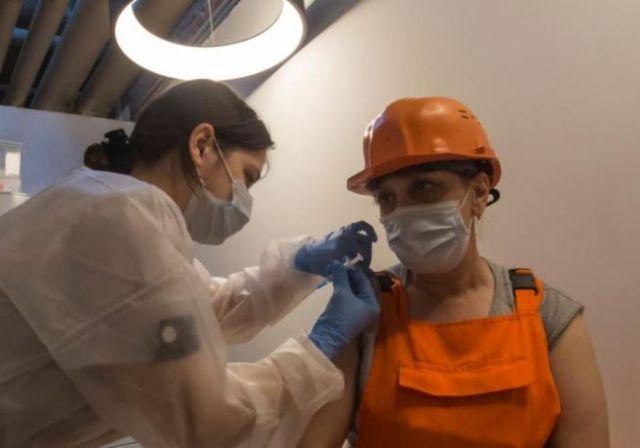 Despedirán sin sueldos en Rusia a empleados que se nieguen a vacunarse |  Voz en Red